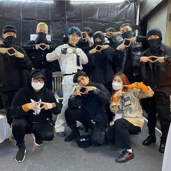 Hanbin chụp cùng các dancer và Stylist